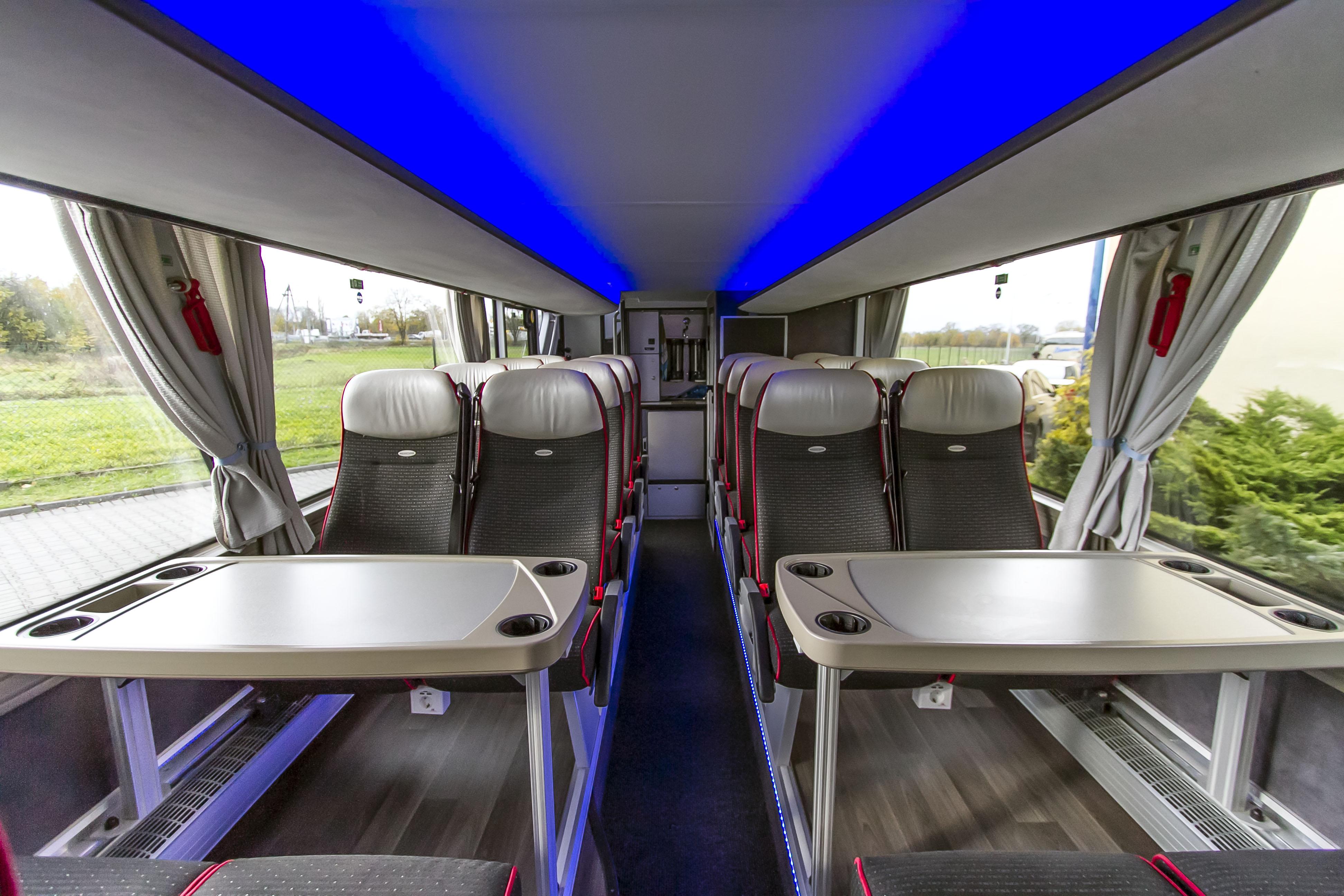 Wnętrze luksusowego autobusu_led_Bomatur